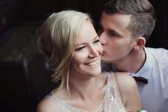Portrait femelle et masculin Madame et type dehors Couples de mariage dans l'amour, portrait en gros plan de jeunes et heureux je Image libre de droits