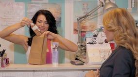 Portrait femelle heureux de vendeur ou d'employé de magasin dans l'achat de paquet de magasin de supermarché Photos stock