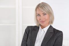 Portrait : Femme d'affaires d'isolement âgée beau par milieu images libres de droits