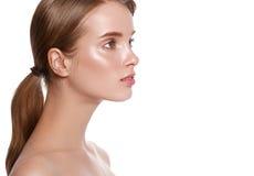 Portrait fermé de visage de yeux de profil de femme de beauté D'isolement sur un wh Image libre de droits