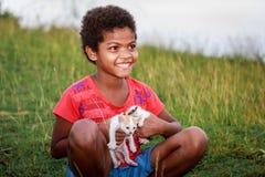 Portrait fille de tribu d'Aeta de petite avec son bâti proche de chat mignon Photos stock