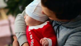 Portrait Fin vers le haut Peu de bébé est dans le bras de son père banque de vidéos