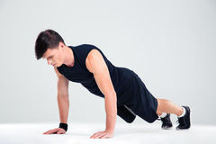 Portrait of a fitness man doing push ups Royalty Free Stock Photography