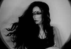 Portrait foncé d'imagination de femme de magicien, troisième oeil, concept de sorcière Image libre de droits