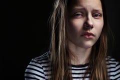 Portrait foncé d'une fille de l'adolescence déprimée Images libres de droits