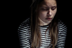 Portrait foncé d'une fille de l'adolescence déprimée Photographie stock