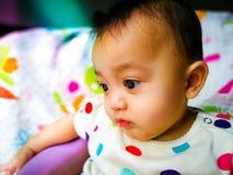 Portrait franc d'un bébé asiatique mignon et expressif Mode de vie et concept d'enfance Photos libres de droits