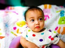 Portrait franc d'un bébé asiatique mignon et expressif Mode de vie et concept d'enfance Image libre de droits