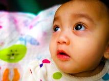 Portrait franc d'un bébé asiatique mignon et expressif Mode de vie et concept d'enfance Images libres de droits