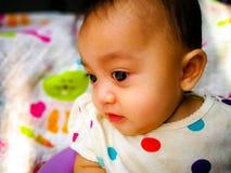 Portrait franc d'un bébé asiatique mignon et expressif Mode de vie et concept d'enfance Photo libre de droits