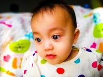 Portrait franc d'un bébé asiatique mignon et expressif Mode de vie et concept d'enfance Photos stock