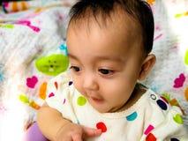 Portrait franc d'un bébé asiatique mignon et expressif Mode de vie et concept d'enfance Photographie stock libre de droits