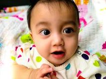 Portrait franc d'un bébé asiatique mignon et expressif Mode de vie et concept d'enfance Images stock
