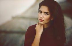 Portrait franc de belle jeune femme image stock