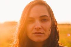 Portrait franc de belle jeune femme avec des taches de rousseur étroites vers le haut de l'extérieur en été image libre de droits