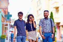 Portrait franc des amis marchant la rue de ville Image libre de droits