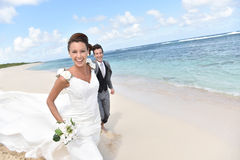Portrait of freshly married couple on the beach feeling happy Royalty Free Stock Photos