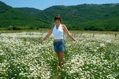 Portrait gegen wilde Blumen Stockbild