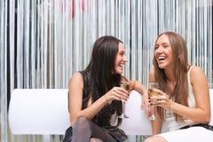 Portrait glücklichen Mädchens zwei mit Champagner lizenzfreies stockbild