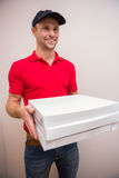 Portrait of happy delivery man holding pizza Royalty Free Stock Photos