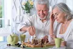 Senior couple playing chess Royalty Free Stock Images
