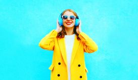 Portrait of happy smiling woman listens to music in headphones Royalty Free Stock Photos