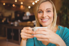 Portrait of happy young woman holding coffee cup Royalty Free Stock Photography