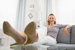 Portrait of happy young woman talking cell phone Royalty Free Stock Images