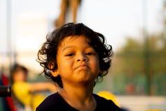 Portrait haut étroit d'émotion asiatique de mal de dents de garçon, concept de médecine image libre de droits