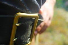 Portrait haut étroit d'un homme tenant sa ceinture photos libres de droits