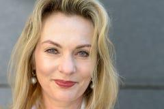 Portrait haut étroit d'une femme blonde attirante images stock