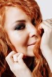 Portrait haut étroit de jeune belle fille rousse images libres de droits