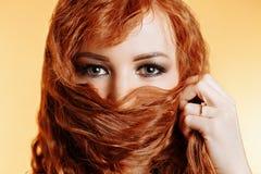 Portrait haut étroit de jeune belle fille rousse photo libre de droits