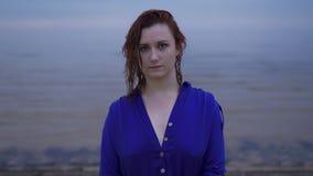 Portrait haut étroit de jeune fille rousse de femme dans une robe bleue avec les cheveux humides - coucher du soleil froid déprim clips vidéos