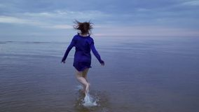 Portrait haut étroit de jeune fille rousse de femme dans une robe bleue avec les cheveux humides - coucher du soleil froid déprim banque de vidéos