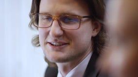 Portrait haut étroit de jeune homme gai d'affaires avec des verres L'homme contemporain sûr riant de sentiment heureux est clips vidéos