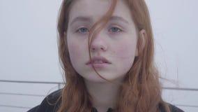 Portrait haut étroit de jeune joli t de pose et de sourire roux de femme dans la position froide de temps d'automne sur le fond clips vidéos