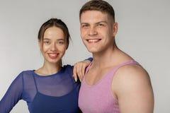 Portrait haut étroit de jeunes ajouter sportifs à la peau saine photo stock