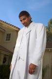 Portrait headshot des ethnischen schwarzen Mannes im Weiß stockbilder