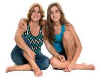 Portrait heureux d'une mère heureuse et de sa fille de l'adolescence Photo stock