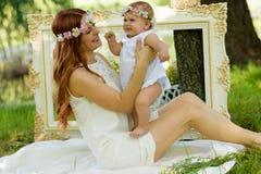 Portrait heureux de bébé et de mère Photographie stock libre de droits