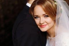 Portrait heureux de couples de nouveaux mariés, plan rapproché de visage de blonde de nouveaux mariés Photos libres de droits