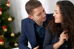 Portrait heureux de couples près d'arbre de Noël, de café potable et de parler - amour et concept de vacances Photographie stock