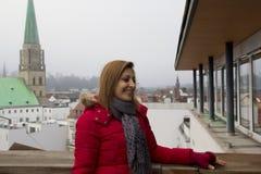 Portrait heureux de femme à Bielefeld, Allemagne photographie stock libre de droits