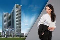 Portrait heureux de femme d'affaires de jeune femme d'affaires professionnelle urbaine féminine dans les immeubles de bureaux ext images stock