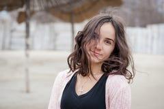 Portrait heureux de fille, portrait de belle jeune fille sensible heureuse positive ou femme posant dehors dans des vêtements spo photographie stock