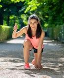 Portrait heureux de fille folâtre souriant à l'appareil-photo avec ses pouces  photo stock