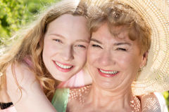 Portrait heureux de grand-mère et de petite-fille photographie stock libre de droits