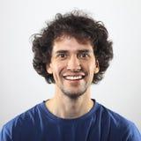Portrait heureux de jeune homme avec le sourire toothy Photographie stock libre de droits