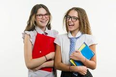 Portrait heureux de plan rapproché d'amis de lycée Pose sur l'appareil-photo Photos libres de droits